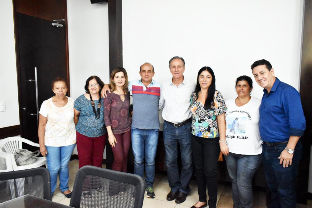 Prefeito assina concessões de áreas para nove instituições; representantes de algumas delas - Foto: Marco Aurélio/PMU