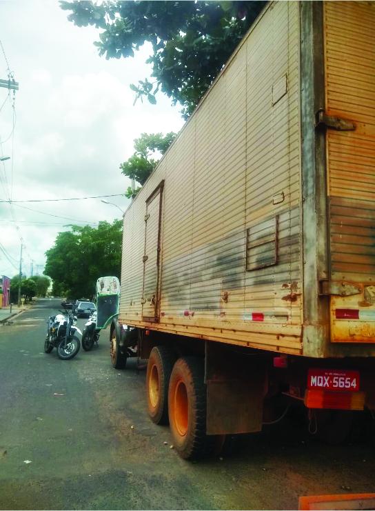 Policiais da 147ª aprendem caminhão baú Mercedes Benz produto de roubo, que estava sendo adulterado - Foto: Divulgação