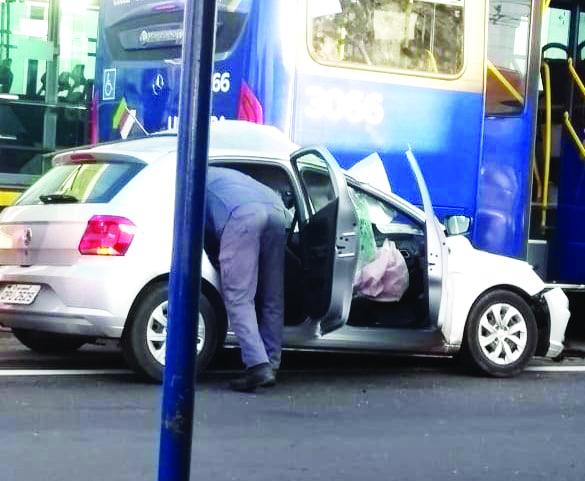 Motorista de aplicativo bate em ônibus do BRT e fica preso às ferragens - Foto: Divulgação