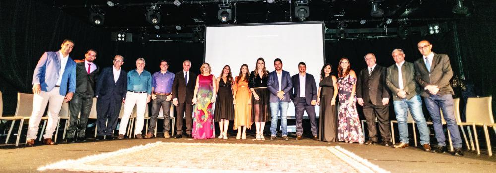 Foto oficial com os representantes das 17 empresas que compõem o INOVADORES no evento de lançamento do grupo, quinta-feira (16) no Romma Super Club - Foto Francis Prado
