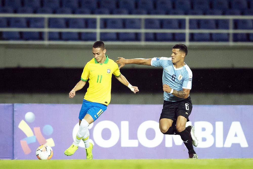 Antony com a bola no pé no primeiro tempo de Brasil x Uruguai - Foto: Lucas Figueiredo / CBF
