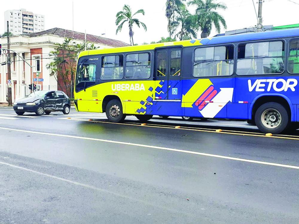 Acidente entre carro e ônibus BRT ocorreu na avenida Guilherme Ferreira - Foto: Joyce Rodrigues/G1