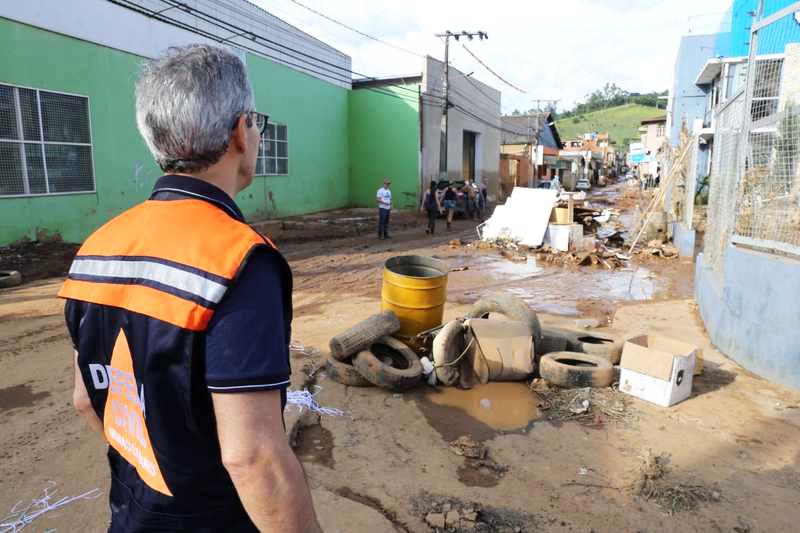 O governador esteve na região de Manhuaçu, na Zona da Mata, para avaliar os danos causados pelas chuvas - Foto: Gil Leonardi / Imprensa MG