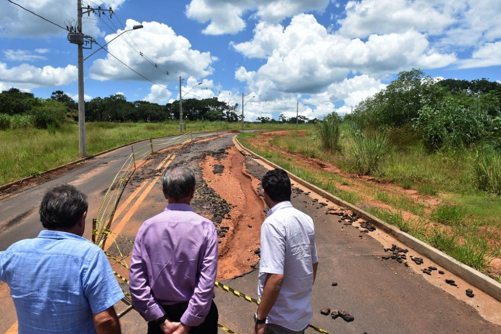 Prefeito Paulo Piau e o secretário de Serviços Urbanos e Obras, Toninho de Oliveira conferem os estragos causados pela chuva - Foto: André Santos/PMU