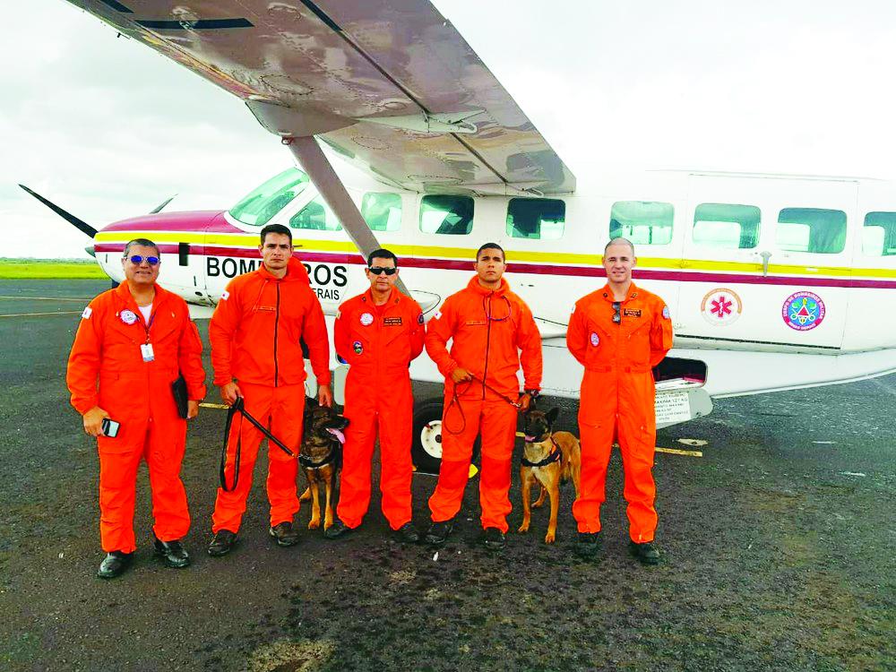 Bombeiros e cães de Uberaba que participam das buscas por vítimas em Alto Caparaó, na Zona da Mata - Foto: Corpo de Bombeiros