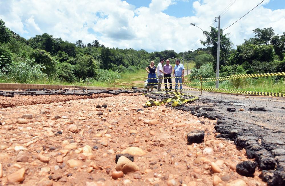 O prefeito Paulo Piau (MDB) vistoria os danos provocado pelas chuvas em Uberaba em conjunto com o secretário de Serviços Urbanos, Toninho Oliveira (DEM) - Foto: Divulgação
