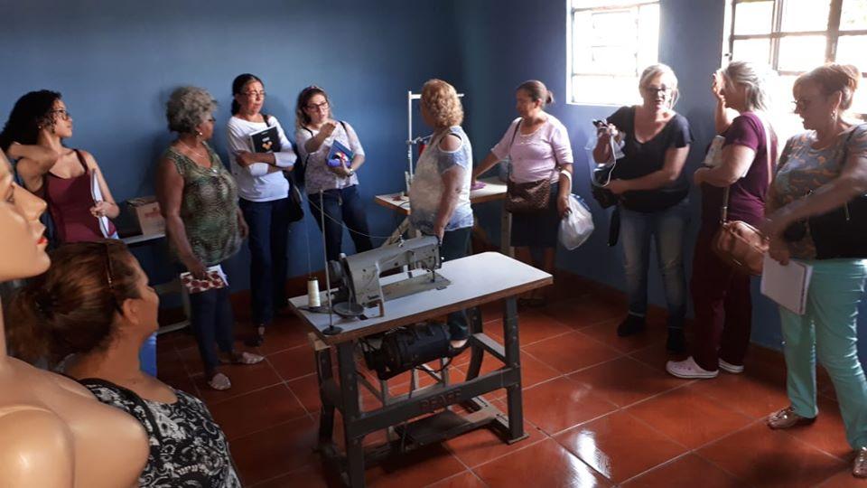 Projeto oferece curso de corte e costura para mulheres que vivem em bairros periféricos - Foto: Divulgação
