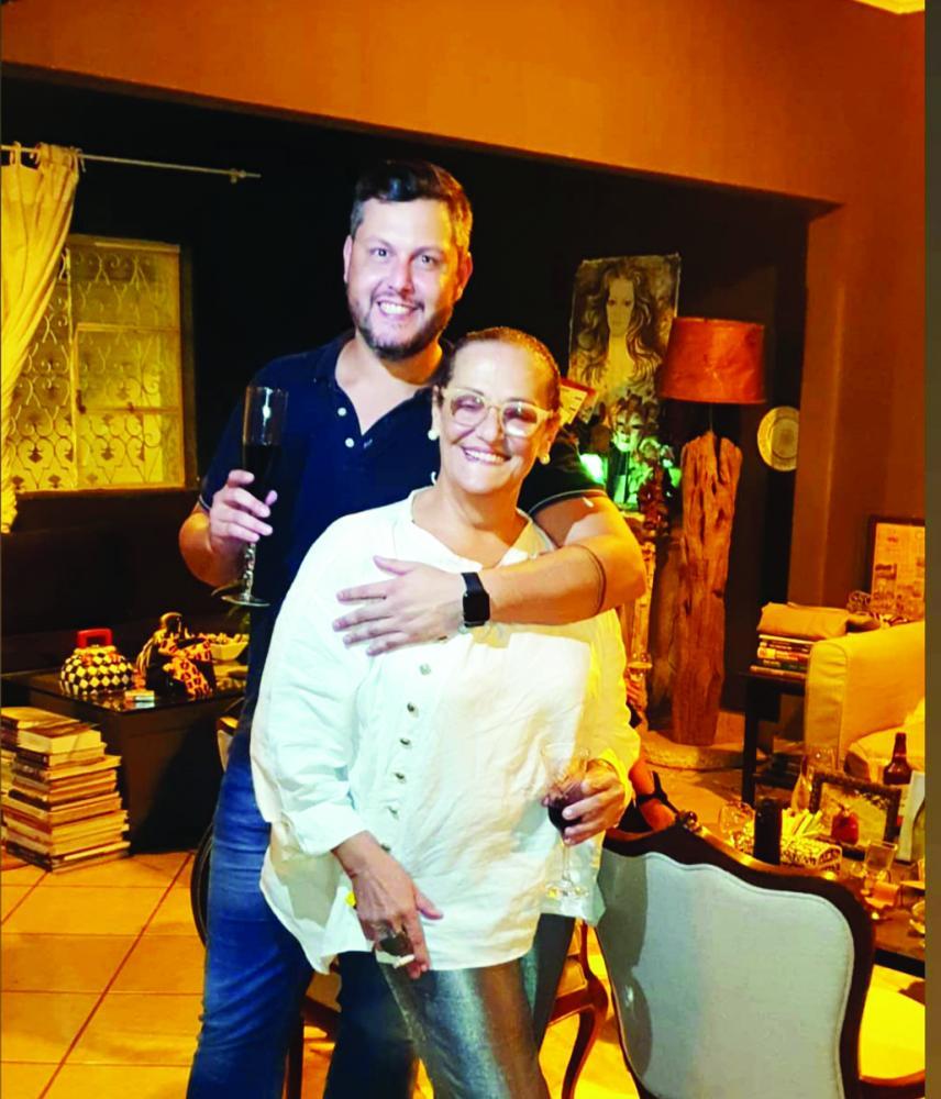 Reka Carvalho abriu as portas da sua residência para a despedida surpresa do amigo Lauro Henrique, que gerenciou com maestria por anos a Ponto Bello Acabamentos, e agora retorna a Franca, sua cidade natal, para dar continuidade ao trabalho na loja francan