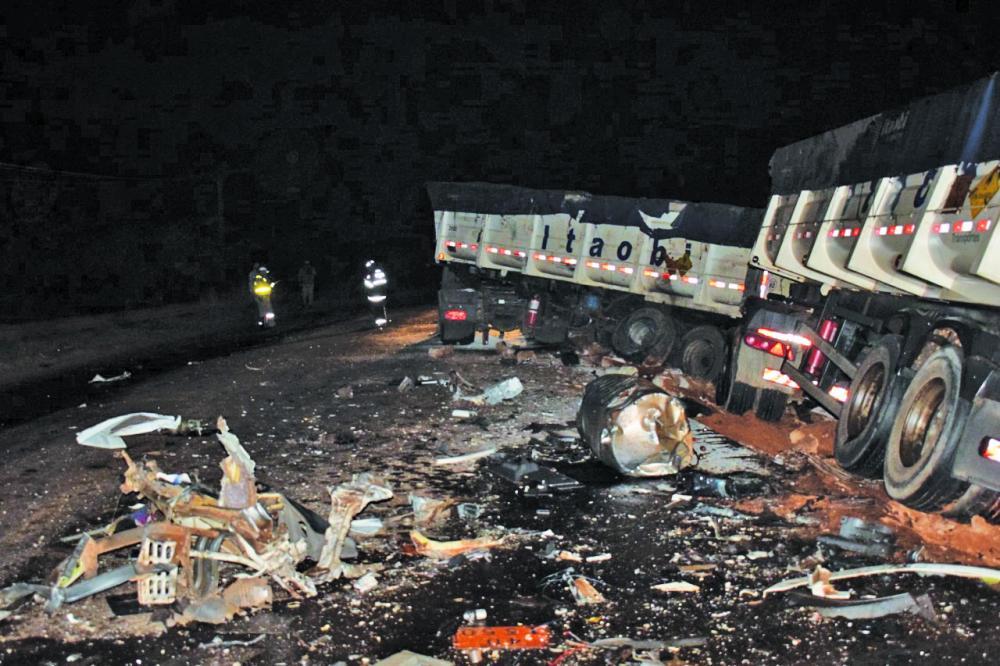 Bitrem teve a cabine partida após o acidente: Carro ficou completamente destruído