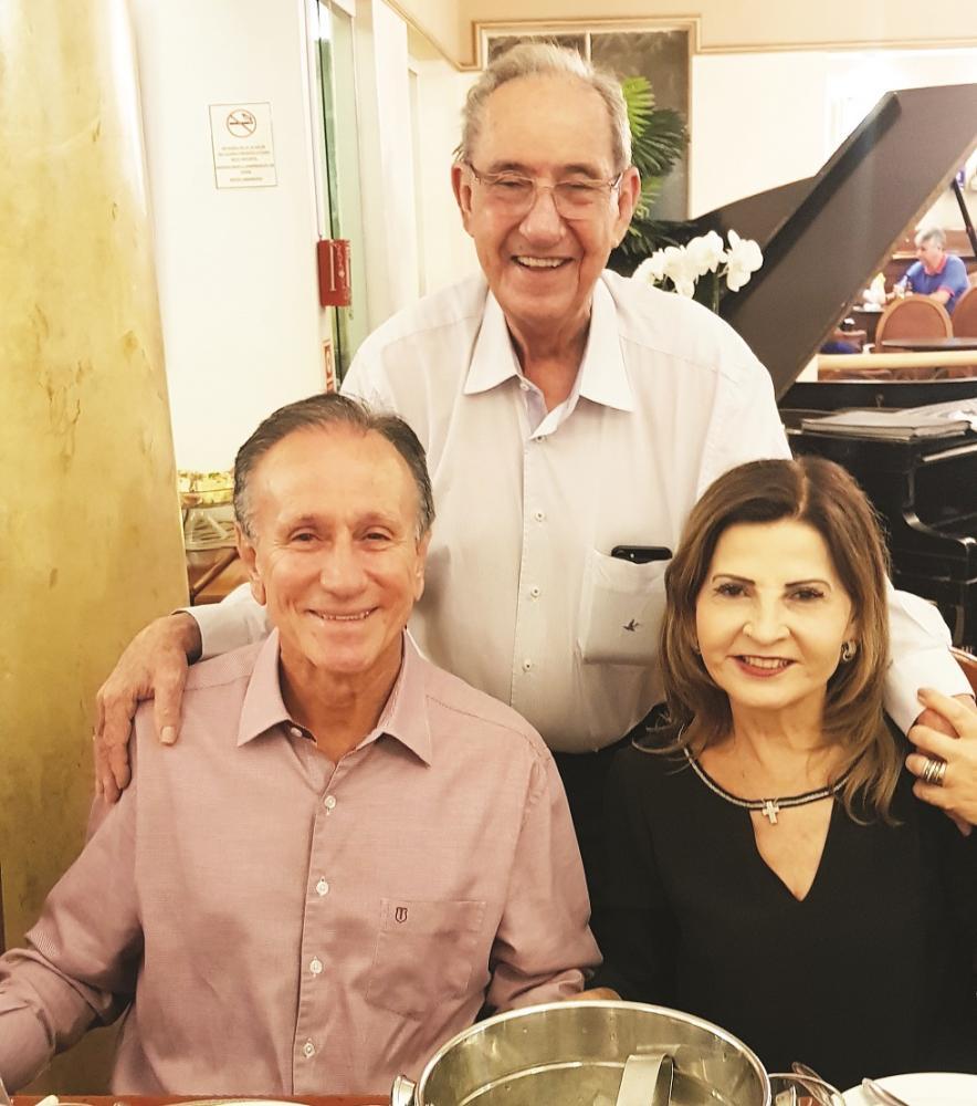Na festa para Gilberto Rezende no Tamareiras, o aniversariante com o prefeito Paulo Piau e a primeira-dama Heloisa