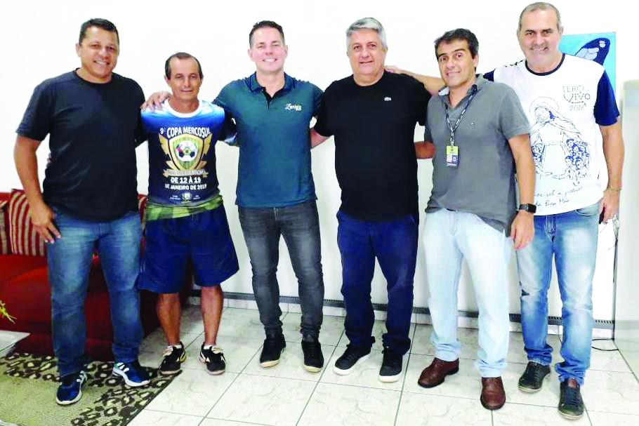 Equipe da Funel recebendo o craque do futsal Lenísio Teixeira Júnior - Foto: Divulgação