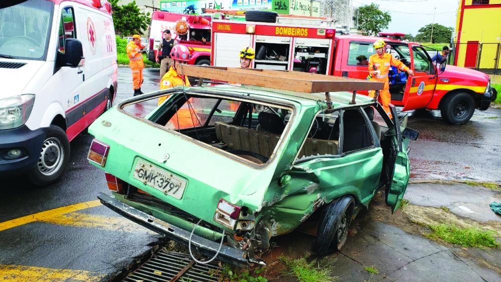 Carro atingido pela caminhonete ficou destruído - Foto: Juliano Carlos