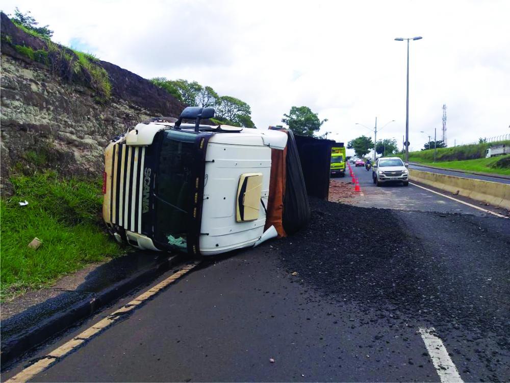 Caminhão tombou na manhã de ontem no Beija-Flor - Foto: Juliano Carlos