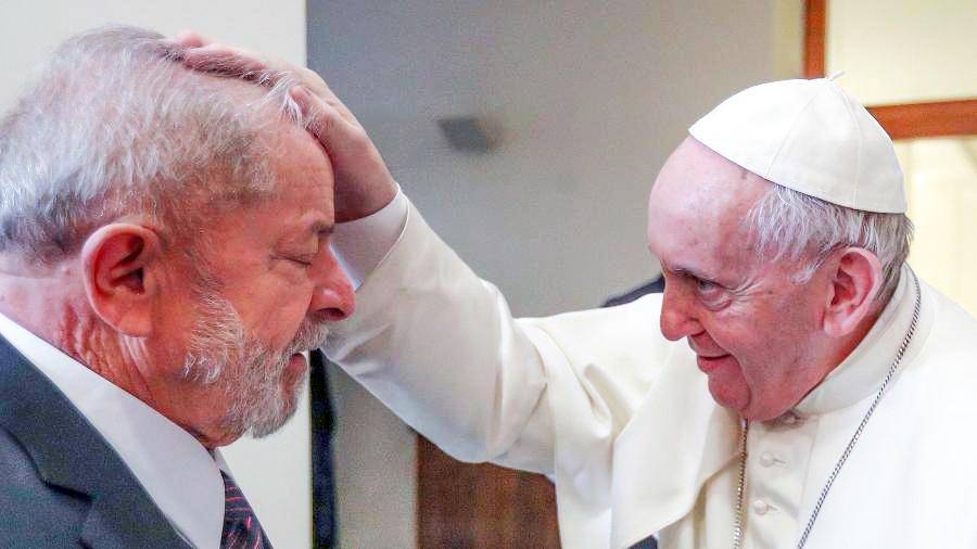 Ex-presidente do Brasil Luiz Inácio Lula da Silva se encontrou ontem com o papa Francisco no Vaticano - Foto: Ricardo Stuckert/Divulgação