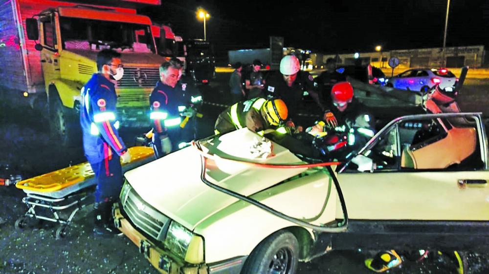 Bombeiros retiraram as vítimas das ferragens após a batida