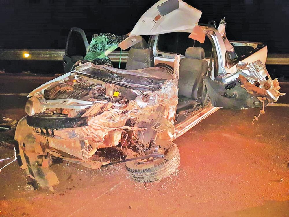 Carro ficou com a frente destruída após o acidente