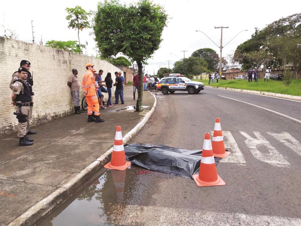 Vítima morreu na hora após ser atropelada - Foto: Juliano Carlos