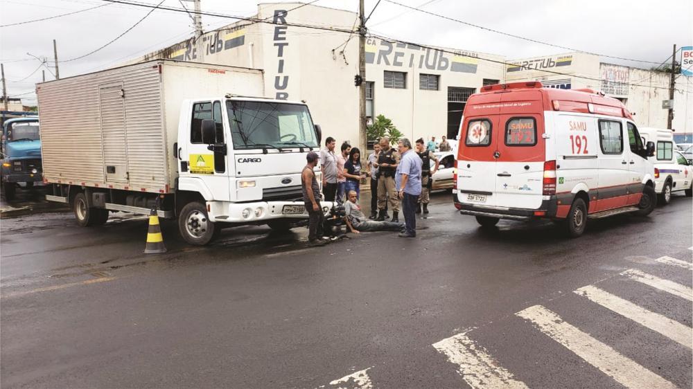 Vítima foi arremessada no asfalto após o acidente - Foto: Juliano Carlos