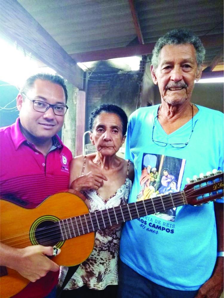 Os queridos Senhor Joaquim Campos e Mãe Dona Preta receberam o Carlinhos da Viola. Eles merecem muitas homenagens. São pessoas maravilhosas, que dedicam a vida a oferecer afetos e acolher com cuidado e atenção. Música é sempre uma celebração para seres tã