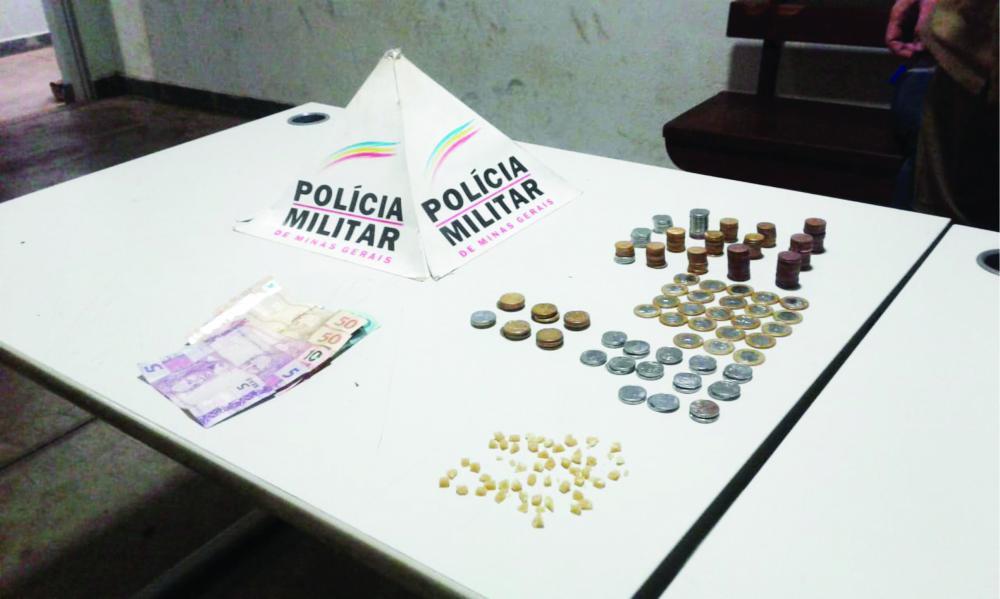 """Drogas e dinheiro foram encontrados em """"boca de fumo"""" - Foto: Juliano Carlos"""