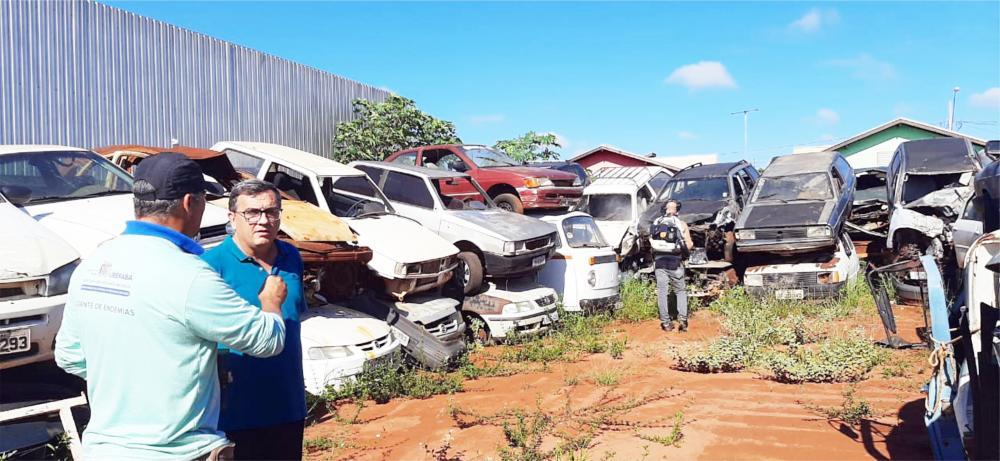 Vereador Rubério Santos acompanhou, na manhã de ontem, uma visita da equipe de Zoonoses ao pátio de carros apreendidos - Foto: Divulgação
