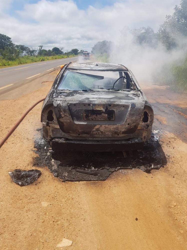 Carro foi destruído pelo fogo em rodovia da região - Foto: Juliano Carlos
