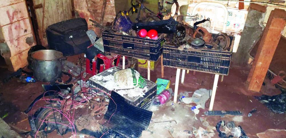Várias peças de carros foram apreendidas no local: Motores de polpa também foram encontrados - Fotos: Juliano Carlos