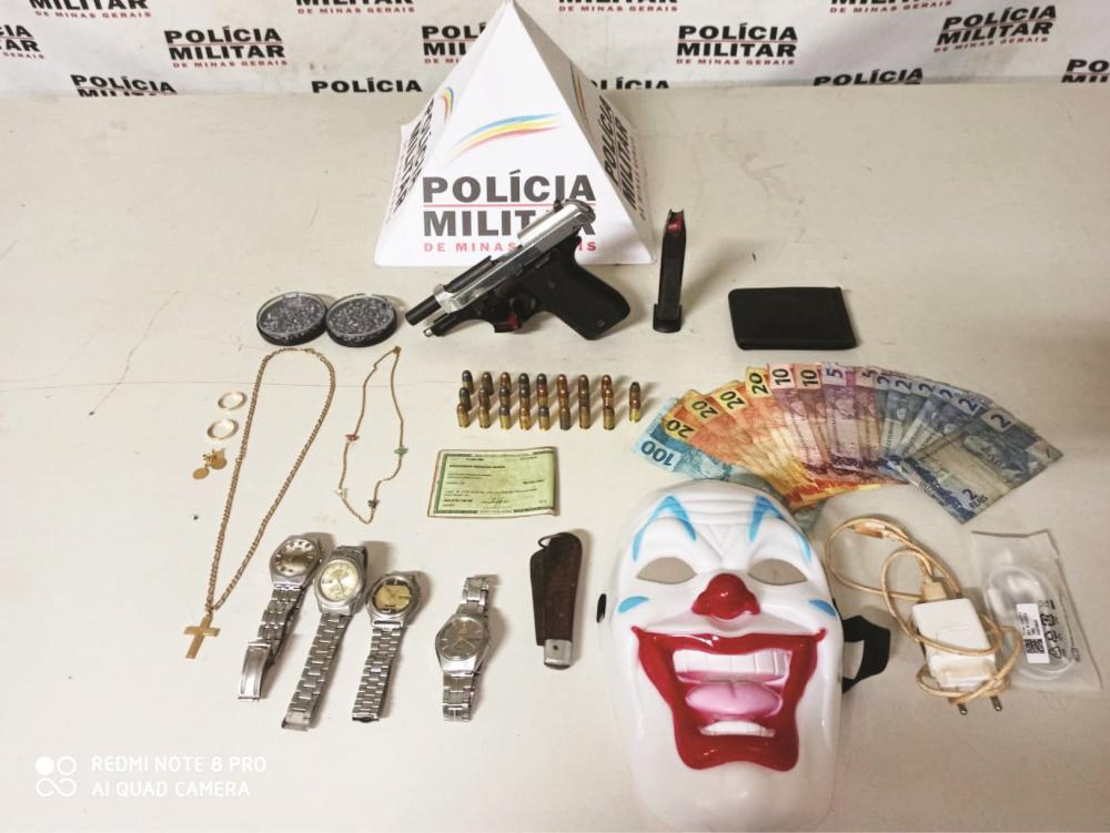 Materiais, máscara e arma de fogo foram apreendidos com os criminosos - Foto: Juliano Carlos