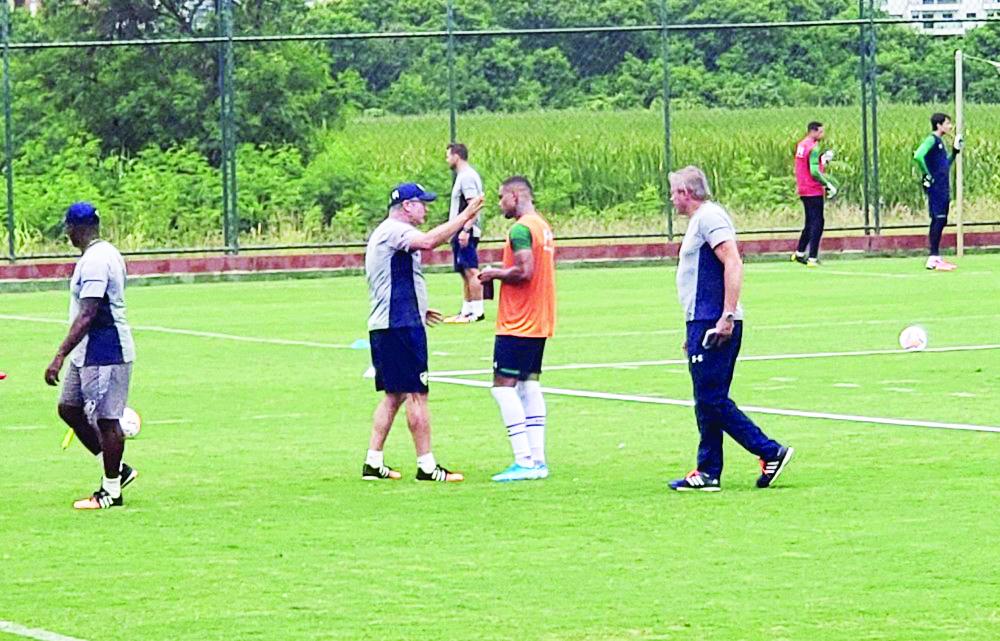 Odair Hellmann conversou bastante com Caio Paulista em treino do Fluminense - Foto: Felipe Siqueira