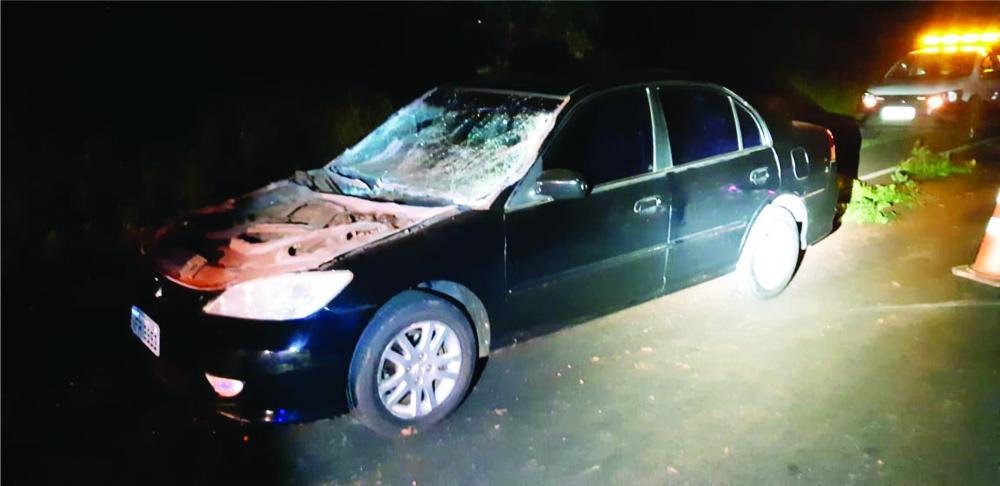 Tampa do motor do carro foi arrancada após o acidente - Foto: Juliano Carlos