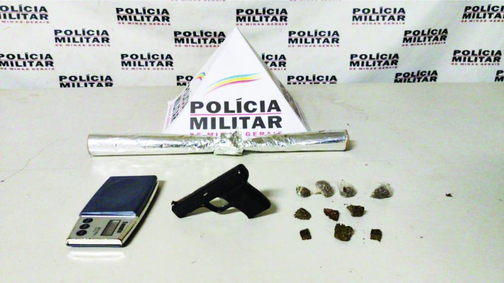Réplica de arma e drogas foram apreendidas com o jovem - Foto: Juliano Carlos