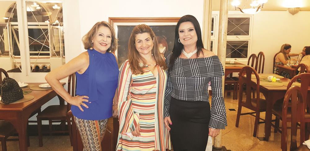 Elaine Duarte de Freitas, Bia Tahan Oliveira e Cynthia Horiuchi. Elas arrasaram na organização do coquetel oferecido no Encontro das Madrinhas no Hotel Tamareiras