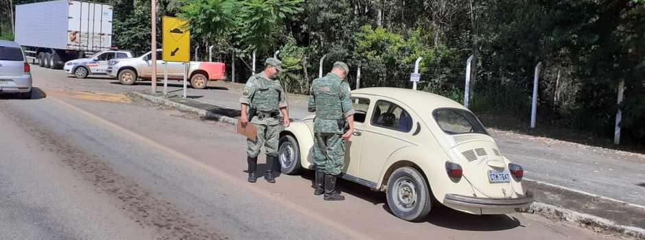 Cerca de cem veículos foram parados na ação educativa, que busca atenção dos motoristas ao transitar nas estradas - Foto: Divulgação/IEF