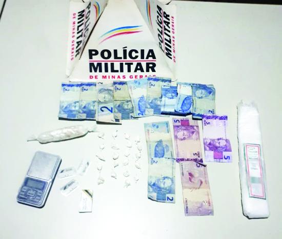 Entorpecentes e dinheiro foram apreendidos com o acusado - Foto: Juliano Carlos