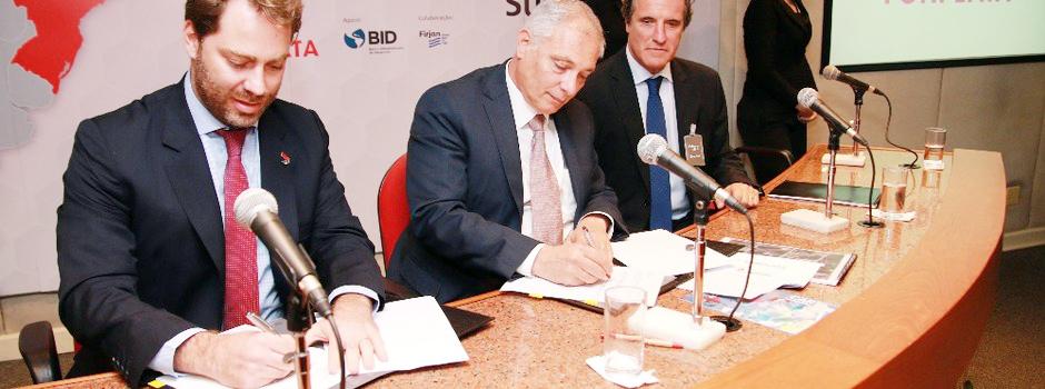 O presidente do BDMG, Sergio Gusmão, e o presidente do Fonplata, Juan Notaro Fraga, assinam o Memorando de Entendimento