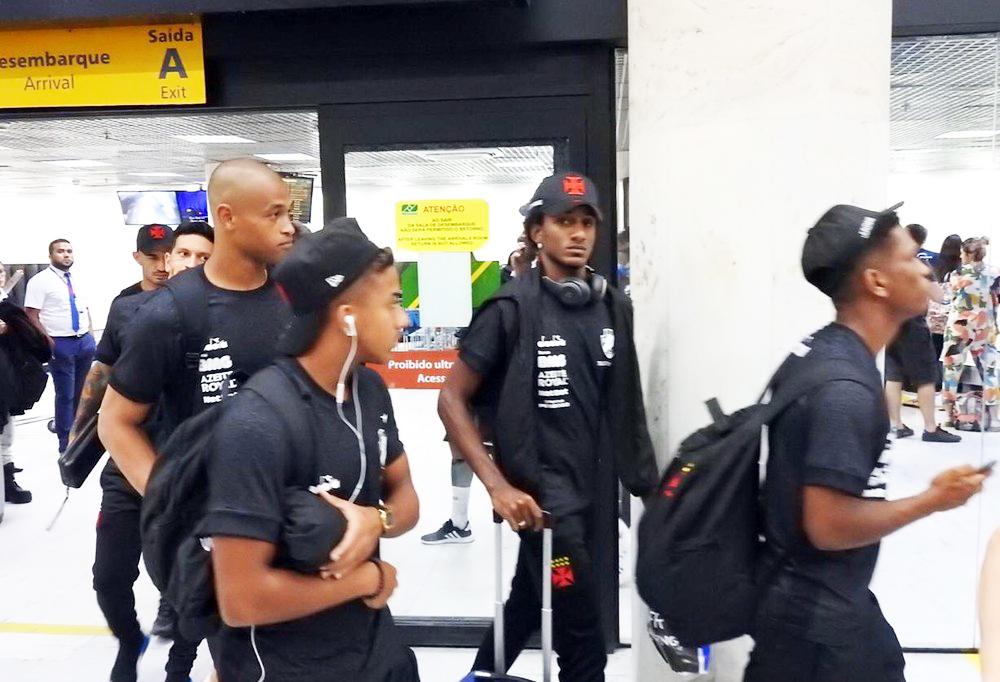Jogadores no desembarque no Vasco na quinta-feira - Foto: Fred Gomes