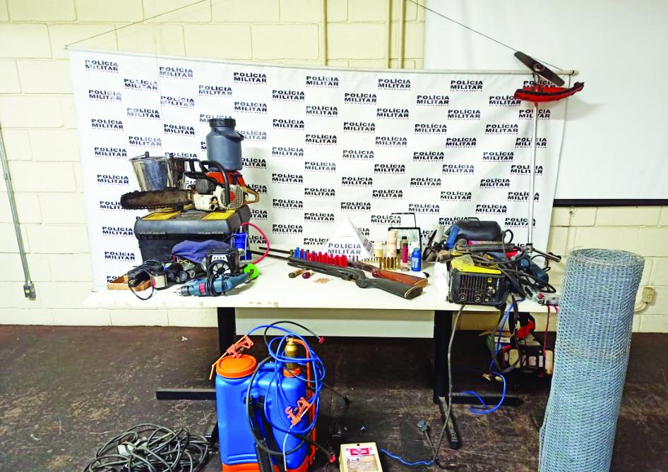Espingardas e materiais foram encontrados pela Polícia Militar - Foto: Juliano Carlos