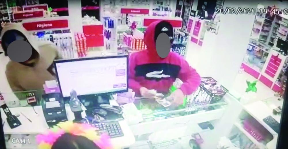 Imagens flagraram o bandido agredindo uma vítima: Dupla rouba dinheiro em farmácia no São Benedito - Foto: Reprodução