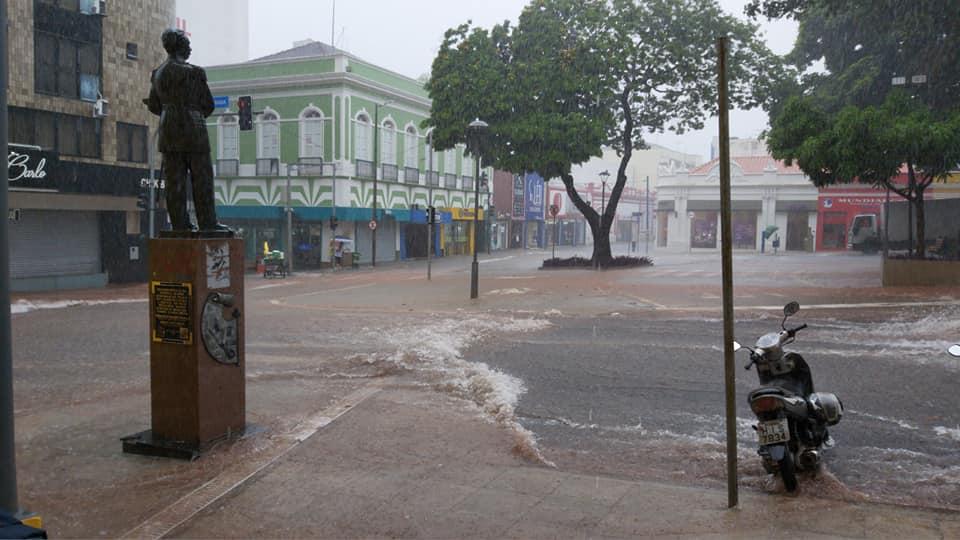 Com a forte chuva foi registrado alagamento na praça Rui Barbosa, área central da cidade - Foto: Facebook