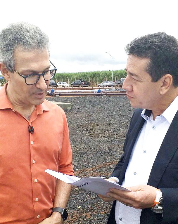 Vice-prefeito de Uberaba, João Gilberto Ripposati entrega documento ao governador Romeu Zema - Foto: Divulgação/PMU