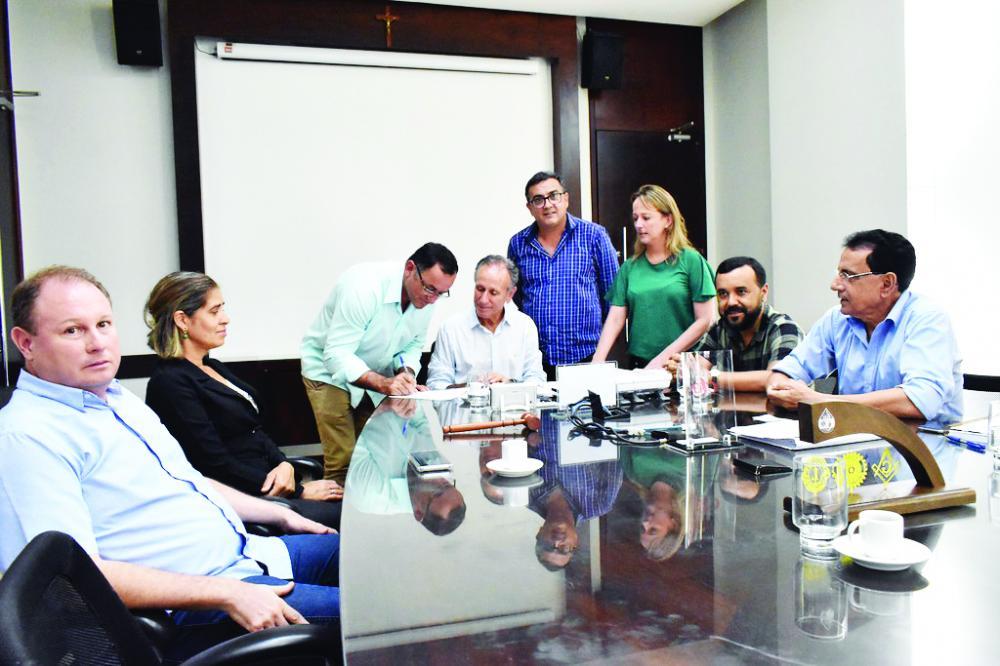 Prefeito de Uberaba Paulo Piau assina convênios e beneficia entidades - Foto: Marco Arélio/PMU