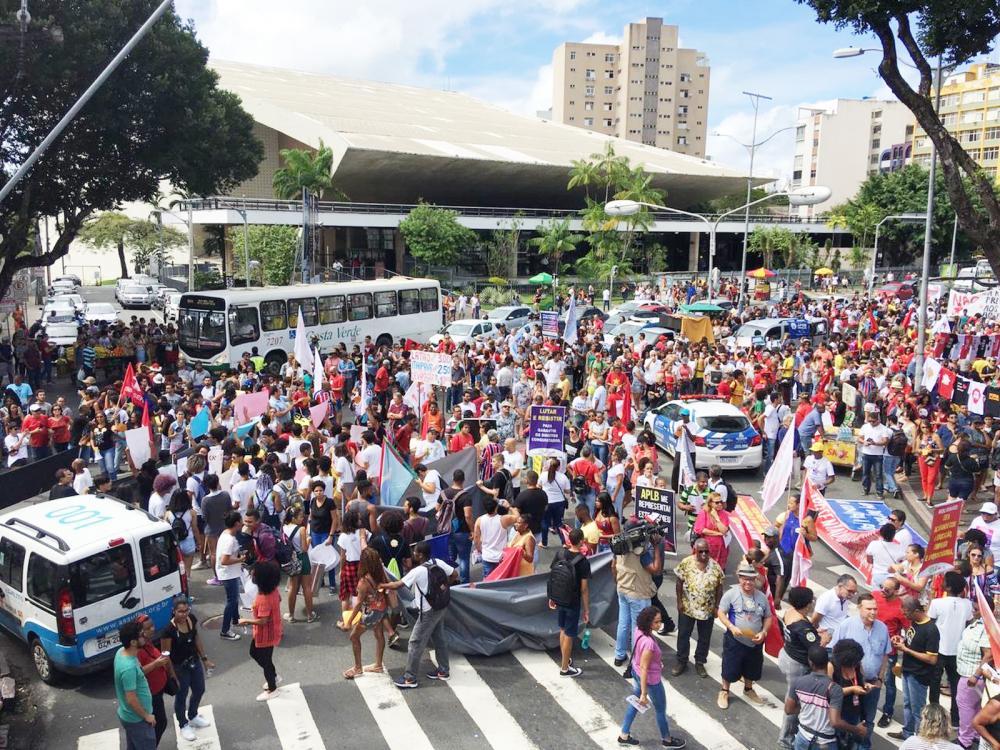Manifestantes ocupam rua do centro de Salvador durante protesto