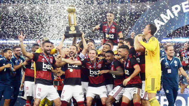 Flamengo ergue a taça da Recopa Sul-Americana - Foto: André Durão