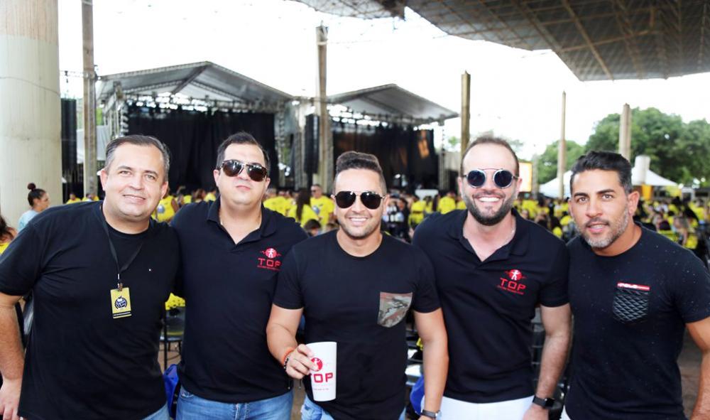 Léo Naves e Renê Jonas, diretores da Top Entretenimentos, com amigos na Feijoada do Jockey - Foto: Paulo Lúcio