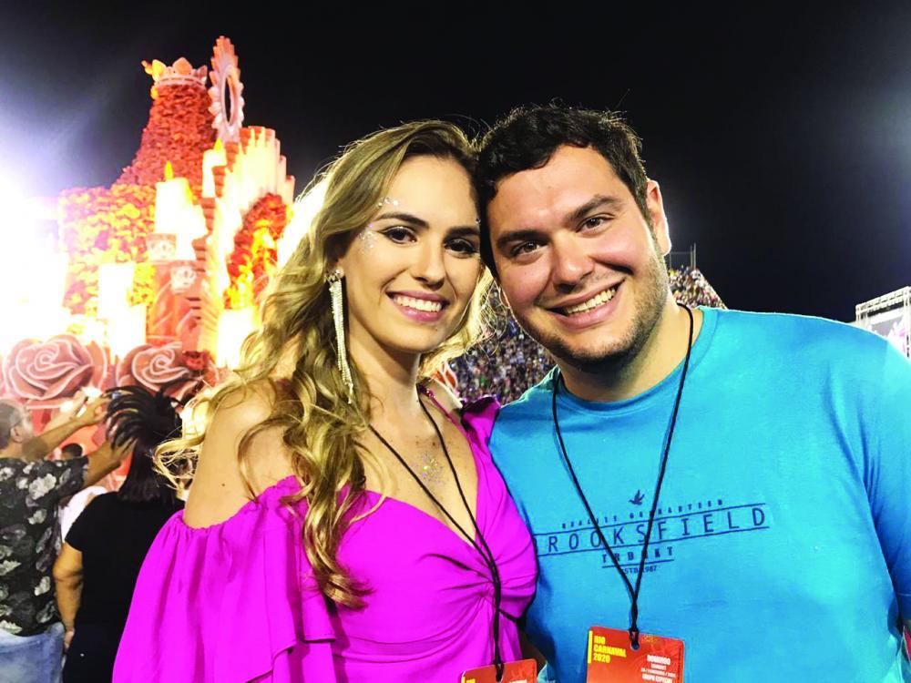 Entre os uberabenses que literalmente invadiram o Rio de Janeiro e a Marquez de Sapucaí, a bela médica Mariana R. da Cunha Cardoso e o noivo, também médico Andrá Gambi, ele comemorou seu aniversário no sambódromo