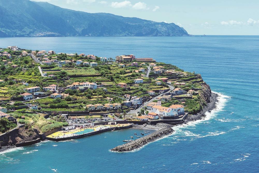 A viagem passa então por Ponta Delgada, local que registra as temperaturas mais altas da costa norte da ilha - Foto: Divulgação