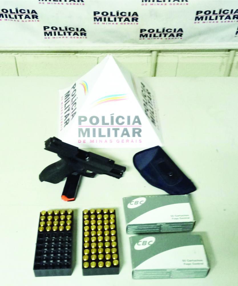 Arma e munições encontrada em caminhonete foram apreendidos pela Polícia Militar - Foto: Divulgação