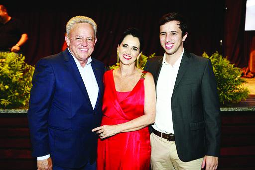 O presidente da ABCZ, Rivaldo Machado Borges Jr. com sua esposa, Rosalia, a 1ª dama da ABCZ que cuidou pessoalmente de cada detalhe do elegante evento de lançamento da ExpoZebu/2020 e o filho deles Rivaldo Neto (da ABCZ Jovem) - Foto: Preta Ribeiro