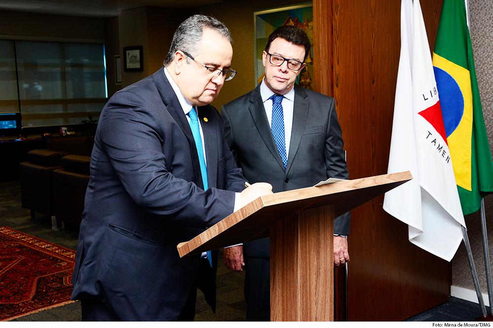 O presidente Nelson Missias de Morais assina ato de entrada em exercício do juiz Fabiano Rubinger como desembargador substituto - Foto: Divulgação