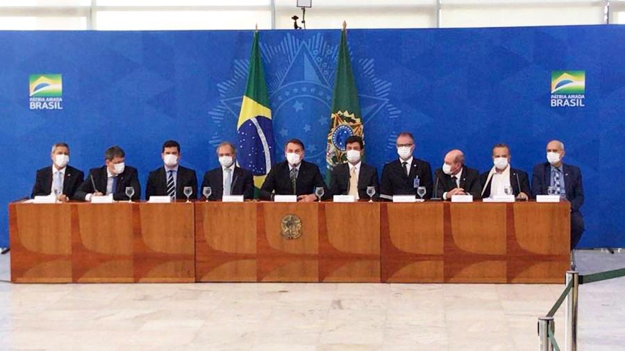 Jair Bolsonaro e ministros usam máscaras em entrevista coletiva sobre o coronavírus - Foto: Pedro Ladeira/Folhapress